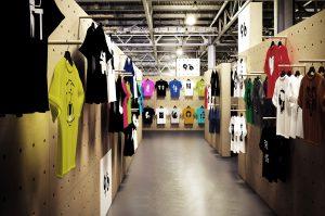 WallStack modular wall system t-shirt store